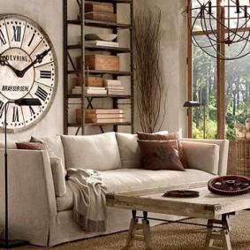 Старинные часы над диваном в гостиной