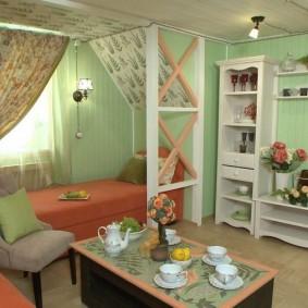 Уютная комната с кроватью возле окна
