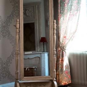 Напольное зеркало на деревянной подставке