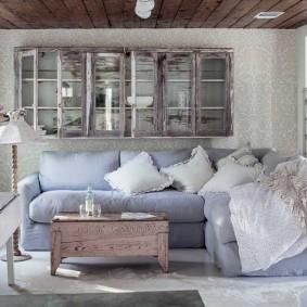 Старая мебель в комнате дачного домика