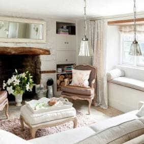 Небольшой диванчик вместо подоконника в гостиной