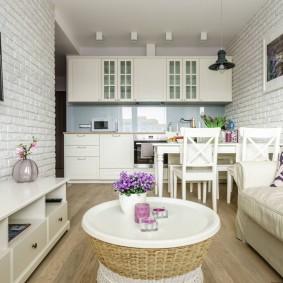 Линейный гарнитур в кухне-гостиной