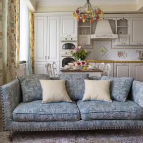 Красивый диван между кухней и гостиной