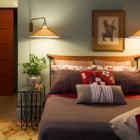 Подвесные светильники над кроватью в спальне