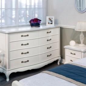 Белый комод у окна спальни