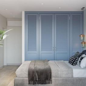 Деревянный шкаф в стене спальной комнаты
