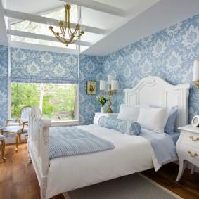 Голубые обои в спальне деревенского стиля
