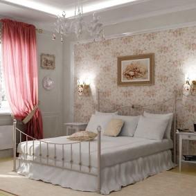 Розовая штора в спальне прованского стиля