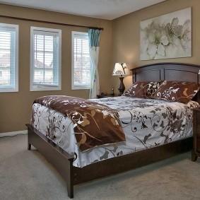 Деревянная мебель в спальне загородного дома