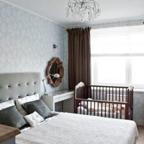 Кроватка для новорожденного перед окном спальни родителей