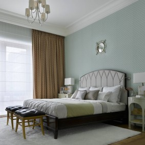 Коричневые шторы в спальне с высоким потолком
