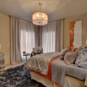 Фото интерьера спальни с двумя окнами