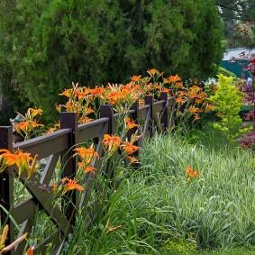 Деревянный заборчик на садовом участке