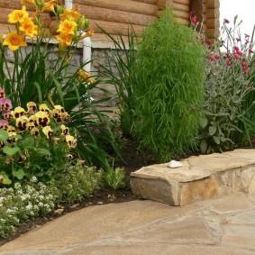 Садовая клумба с бордюром из природного камня
