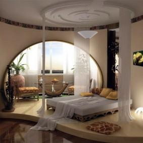 Овальная арка в интерьер спальни с балконом