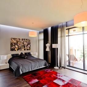 Панорамное окно в просторной спальне