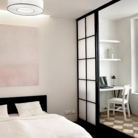 Стеклянная перегородка между спальней и балконом