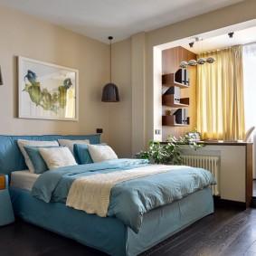 Голубая кровать в спальне после ремонта
