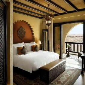 Декор деревянными балками потолка спальни