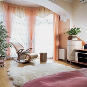 Оформление окон в спальне с эркером