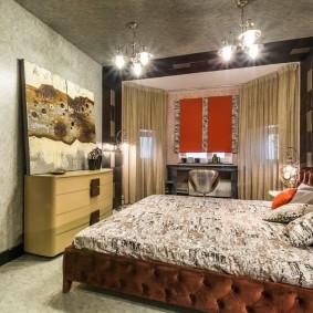 Серый потолок спальни с подвесными светильниками