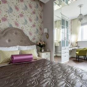 Обои с цветочками на стене спальни для девушки