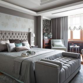Компактный диванчик перед спинкой кровати