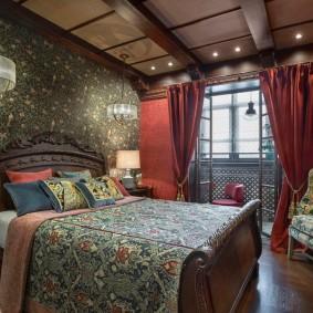 Бардовые занавески в спальне небольшого размера