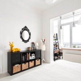 Белая спальня в трехкомнатной квартире