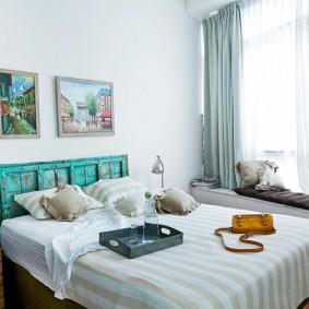Декор белой стены в спальной комнате