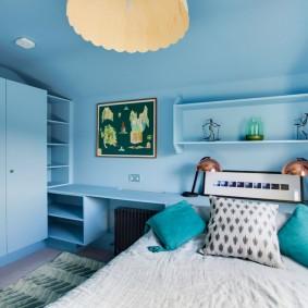 Голубые стены в спальне частного дома