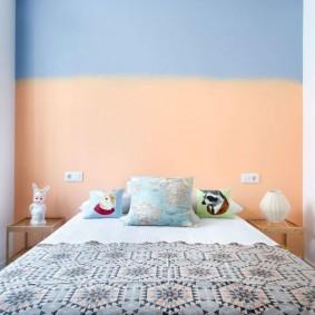 Окраска стены спальни в два цвета