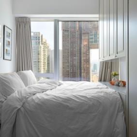 Узкая спальня с белыми стенами