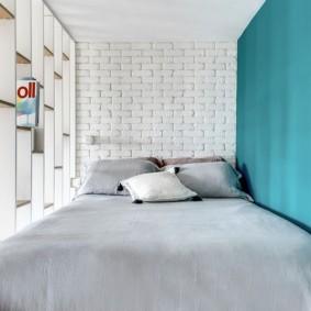 Кирпичная кладка за кроватью в спальне