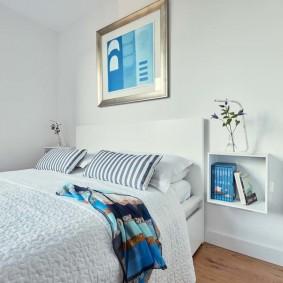 Картина на стене в спальне с белой отделкой