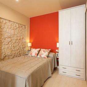 Яркая стена в спальне небольшой площади