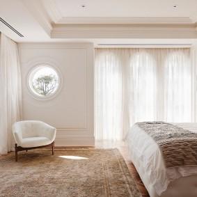 Персидский ковер на полу в спальне