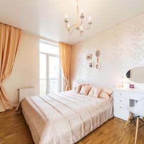 Яркие занавески в спальной комнате