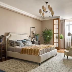 Белый потолок в спальне прямоугольной формы