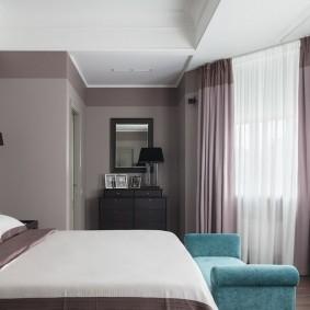Интерьер спальной комнаты с полукруглым эркером