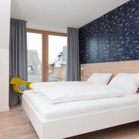 Горизонтальное сочетание обоев в спальной комнате