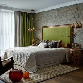 Серо-зеленые шторы на окне спальни