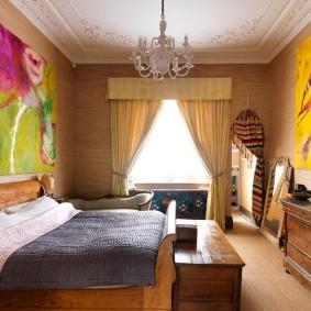 Яркий декор на стене спальной комнаты