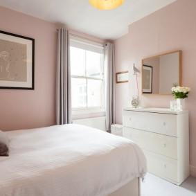 Розовая отделка стен в маленькой комнате