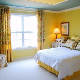 Желтые стены в спальне загородного дома