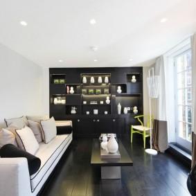 Черный ламинат в прямоугольной гостиной