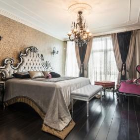 Темные доски на полу в спальной комнате