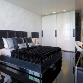 Широкая кровать в спальне квартиры