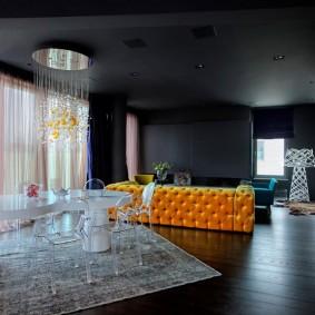 Темный потолок в квартире-студии