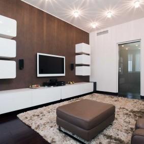 Белые шкафы на стене с коричневыми панелями